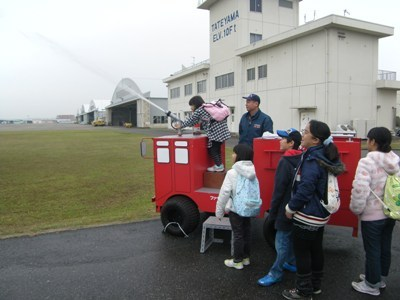 子供消防車で放水体験