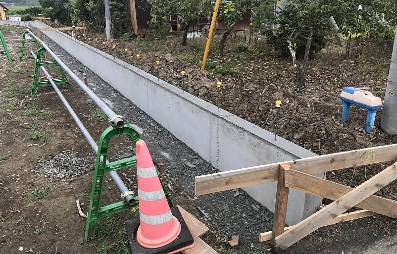 境界ブロック塀を施工中です。